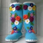üzeri örgü çiçeklerle süslenmiş mavi uzun örgü patik modeli