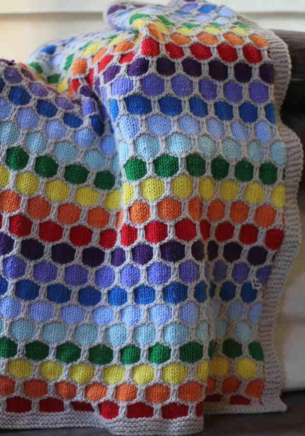 Bal Peteği Örgü Modeli ile Gökkuşağı Renklerinde Battaniye