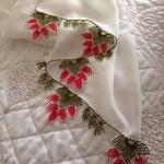beyaz namaz örtüsü için kırmızı çiçekli iğne oyası örneği