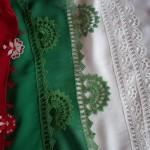kırmızı beyaz yeşil renkli namaz örtüsü için iğne oyası örnekleri