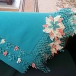 mavi namaz bezi üzerine yapılmış çiçekli iğne oyası
