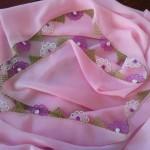 pembe namaz bezine yapılmış minik çiçekli iğne oyası