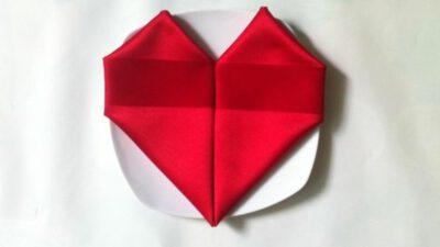 Kalp Şeklinde Peçete Katlama