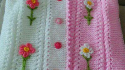 2 renkli çiçeklerle süslenmiş yelek yapımı