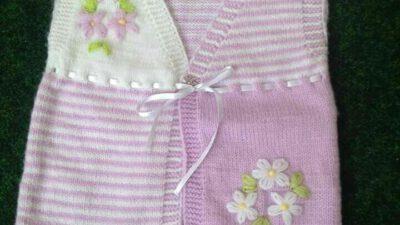 2 Renkli Kurdele Ve Çiçek İşlemelerle Süslü Bebek Yelek Tarifi.  3 .4 yaş
